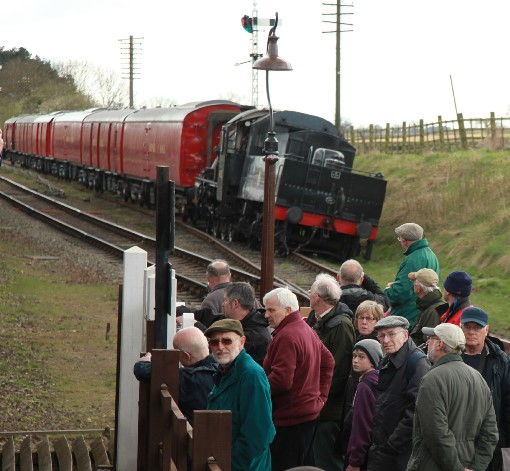 GCR Crowds look at 46521 courtesy of Phil Marsh