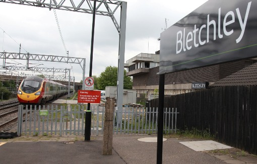 Virgin train at Bletchley by Phil Marsh