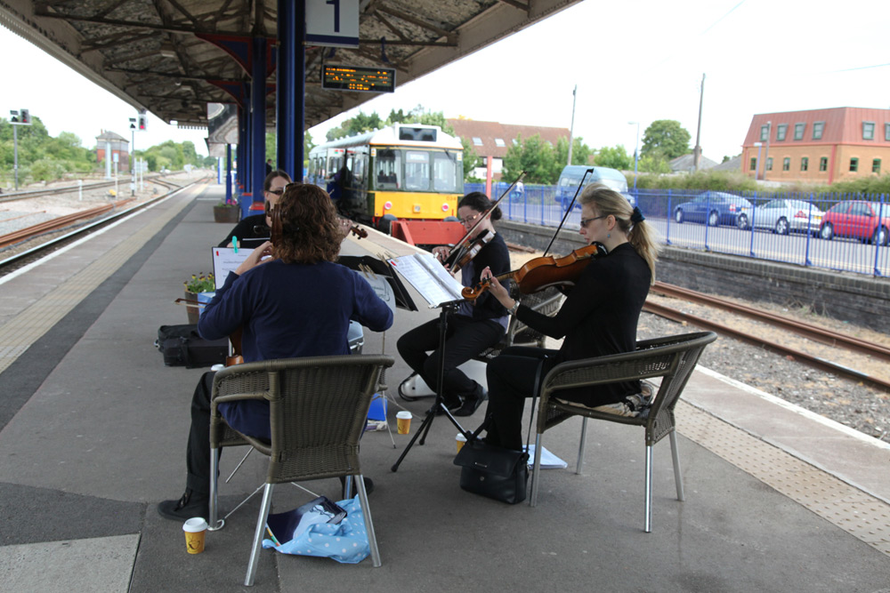 Chiltern bubble car serenaded by quartet at princes Risborough